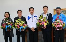 รูปภาพ : รองอธิการบดีฯ มอบกระเช้าดอกไม้แสดงความยินดีกับทีมคณะผู้บริหารชุดใหม่ที่ได้รับการแต่งตั้ง