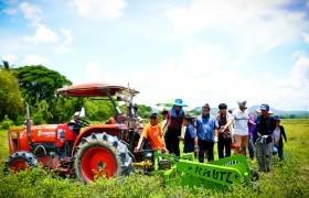 รูปภาพ : คณะนักวิจัย มทร.ล้านนา ลำปาง ลงพื้นที่ ตำบลเสริมขวา อำเภอเสริมงาม ทดสอบการใช้เครื่องจักรทางการเกษตรยกระดับการผลิตเมล็ดถั่วลิสง