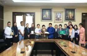 รูปภาพ : คณะนักวิจัยพร้อมด้วยทีมงานจากหลักสูตรสถาปัตยกรรมศาสตร์ เข้าพบผู้ปฏิบัติหน้าที่อธิการบดี มทร.ล้านนา เพื่อรายงานผลการเข้าร่วมงาน Thailand Research Expo 2018