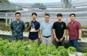รูปภาพ : นักศึกษาเตรียมวิศวกรรมศาสตร์ ศึกษาดูงานนนอกห้องเรียนการพัฒนาระบบการเพาะเมล็ดผักปลอดสารพิษโดยใช้ระบบหุ่นยนต์แขนกลอัตโนมัติ ณ บริษัท ไฮโดรเฟรช จำกัด