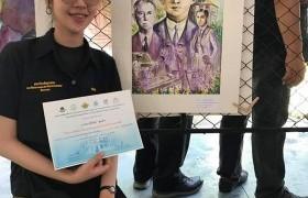 รูปภาพ : นักศึกษาตัวแทนจาก สาขาทัศนศิลป์ รับรางวัลการแข่งขันประกวดวาดภาพสดสีน้ำ รุ่นอุดมศึกษาและประชาชนทั่วไป