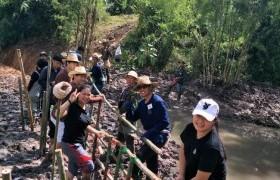 รูปภาพ : นศ.และอาจารย์ การจัดการธุรกิจ มทร.ล้านนา เชียงราย จัดกิจกรรมปลูกป่า สร้างฝาย ถวายพ่อ ณ สวนภูตาดเกษตรธรรมชาติ อำเภอแม่ลาว จังหวัดเชียงราย