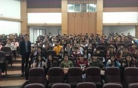 รูปภาพ : นักศึกษา มทร.ล้านนนา เชียงราย รับฟังการบรรยาย เรื่อง เขียนเรซูเม่อย่างไรให้ได้งาน