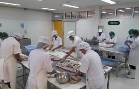 รูปภาพ : นักศึกษาหลักสูตรการผลิตและนวัตกรรมอาหาร เข้ารับการฝึกปฏิบัติการแปรรูปผลิตภัณฑ์เนื้อสัตว์ ณ ศูนย์วิจัยและพัฒนาผลิตภัณฑ์ปศุสัตว์เชียงใหม่