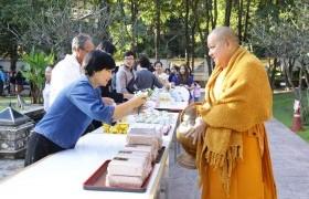 รูปภาพ : พิธีทำบุญตักบาตรเนื่องในเทศกาลส่งท้ายปีเก่าต้อนรับปีใหม่ และถวายเป็นพระราชกุศล