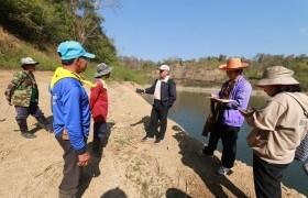 รูปภาพ : คณะนักวิจัย มทร.ล้านนา ลำปาง พร้อมที่ปรึกษาลงพื้นที่ อ่างเก็บน้ำผาลาด ภายใต้ โครงการสร้างชุดความรู้การบริหารจัดการน้ำและป่าต้นน้ำโดยการมีส่วนร่วมของชุมชน ต.ทุ่งผึ้ง อ.แจ้ห่ม