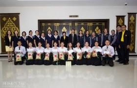 รูปภาพ : เหล่ากาชาดมอบสิ่่งของนักศึกษาในพระราชานุเคราะห์