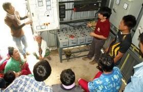 รูปภาพ : อาจารย์นักศึกษาลงพื้นที่ช่วยชาวบ้านบำรุงรักษาระบบแปลงไฟฟ้าจากพลังงานน้ำ
