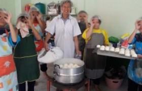 รูปภาพ : อาจารย์สาขาอุตสาหกรรมเกษตร มทร.ล้านนาลำปาง เป็นวิทยากรอบรมการทำซาลาเปาไส้ถั่วแดง