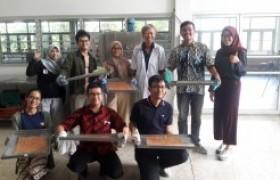 รูปภาพ : วิทยากรฝึกอบรมเชิงปฏิบัติการ การทำไก่แผ่น ให้กับนักศึกษามหาวิทยาลัย Brawijaya ประเทศอินโดนีเซีย