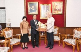 Image : The executive of RMUTL, gives a new year greeting basket for the president of Chiang Mai University and discusses the graduation ceremony