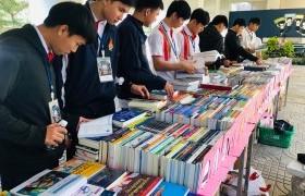 รูปภาพ : บรรยากาศการจัดแสดงรายการหนังสือ ของศูนย์หนังสือจุฬาฯ เพื่อจัดซื้อเข้าห้องสมุด วันที่ 29 มกราคม 2563 ณ ใต้ตึกคณะบริหารธุรกิจฯ