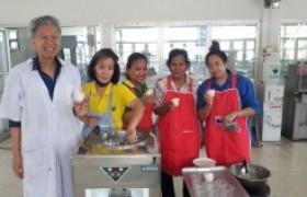 รูปภาพ : อาจารย์ มทร.ล้านนา ลำปาง เป็นวิทยากรถ่ายทอดองค์ความรู้การทำไอศกรีมน้ำอ้อย แก่ผู้ประกอบการ
