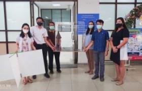 รูปภาพ : ส่งมอบตู้ครอบปรุงยาสำหรับเภสัชกรโรงพยาบาลสมเด็จพระเจ้าตากสินมหาราช