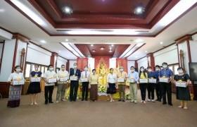 รูปภาพ : ศวธ.จัดโครงการส่งเสริมพระพุทธศาสนาเนื่องในวันเข้าพรรษา กิจกรรม มอบเทียนพรรษาให้กับ 12 หน่วยงาน