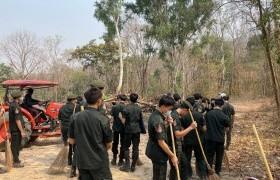รูปภาพ : นักศึกษาวิชาทหารร่วมกันจัดทำแนวเขตป้องกันไฟป่า ณ พื้นที่ มทร.ล้านนา ดอยสะเก็ด