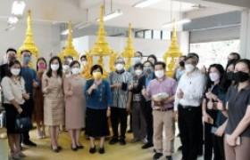 รูปภาพ : ปิดทองคำเปลวประติมากรรมตราสัญลักษณ์มหาวิทยาลัยเทคโนโลยีราชมงคลล้านนา